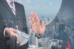 Homem de negócios que recusa o dinheiro com fundo moderno da cidade Fotos de Stock Royalty Free