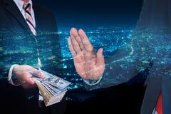 Homem de negócios que recusa o dinheiro com fundo moderno da cidade da noite Imagem de Stock Royalty Free
