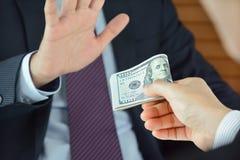 Homem de negócios que recusa o dinheiro, conceito uncorrupted Fotos de Stock Royalty Free