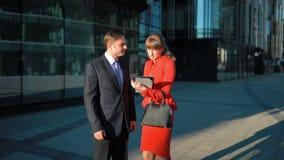 Homem de negócios que rejeita a oferta da mulher de negócios vídeos de arquivo
