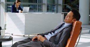 Homem de negócios que relaxa no sofá na recepção 4k filme
