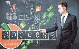 Homem de negócios que resolve palavras cruzadas Fotos de Stock Royalty Free