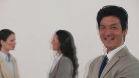Homem de negócios que ri na frente de seus colegas video estoque