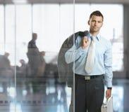 Homem de negócios que sae do escritório Foto de Stock Royalty Free