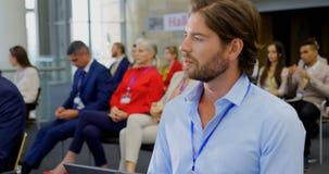 Homem de negócios que senta-se com o portátil no seminário 4k do negócio vídeos de arquivo