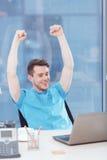 Homem de negócios que senta-se com os braços acima de sua cabeça Fotografia de Stock