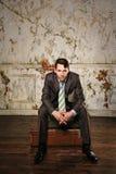 Homem de negócios que senta-se em malas de viagem Viagem do negócio Fotos de Stock