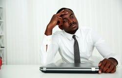 Homem de negócios que senta-se em seu local de trabalho Fotos de Stock
