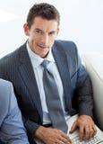 Homem de negócios que senta-se em uma sala de espera imagem de stock royalty free