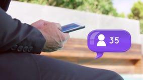 Homem de negócios que senta-se fora de texting video estoque