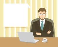 Homem de negócios que senta-se na mesa de escritório Foto de Stock Royalty Free
