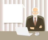 Homem de negócios que senta-se na mesa de escritório Fotografia de Stock Royalty Free
