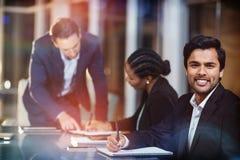Homem de negócios que senta-se na reunião Imagem de Stock