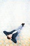 Homem de negócios que senta-se na rua Imagem de Stock Royalty Free