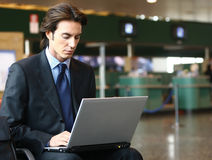 Homem de negócios que senta-se no aeroporto b Foto de Stock Royalty Free