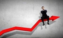 Homem de negócios que senta-se no gráfico Foto de Stock
