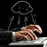 Homem de negócios que sincroniza arquivos com a nuvem Fotos de Stock Royalty Free