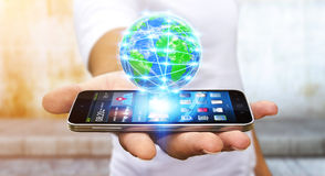 Homem de negócios que surfa no Internet com telefone celular moderno Fotos de Stock