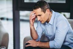 Homem de negócios que tem a dor de cabeça foto de stock royalty free
