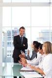 Homem de negócios que tem o sucesso em uma reunião imagem de stock