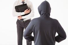 Homem de negócios que tenta esconder sua pasta por homem desconhecido Imagem de Stock