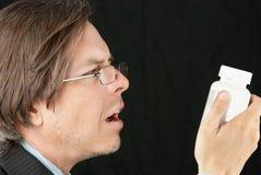 Homem de negócios que tenta ler o comprimido B fotografia de stock royalty free