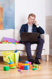 Homem de negócios que tenta trabalhar em casa Fotos de Stock