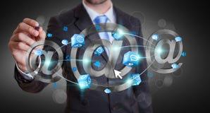 Homem de negócios que tira o ícone do email da rendição 3D com uma pena Foto de Stock