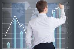 Homem de negócios que tira um gráfico em um écran sensível grande Imagens de Stock