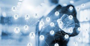 Homem de negócios que tiram a rede global da estrutura e de intercâmbio de dados imagens de stock