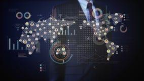 Homem de negócios que toca em povos conectados, usando a tecnologia de comunicação com diagrama econômico, carta Media sociais video estoque