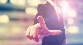 Homem de negócios que toca em um tela táctil Foto de Stock