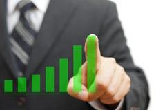 Homem de negócios que toca na coluna virtual crescente do gráfico O positivo tren foto de stock royalty free