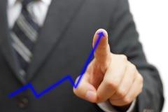 Homem de negócios que toca na seta crescente Conceito positivo da tendência Fotos de Stock