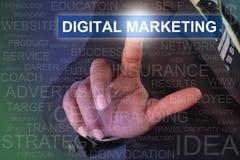 Homem de negócios que toca no botão do MERCADO de DIGITAL na tela virtual Fotos de Stock