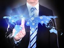 Homem de negócios que toca no mapa do mundo conectado Fotos de Stock