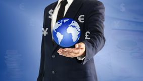 Homem de negócios que toca no mundo e no ícone da moeda virtuais disponível O conceito da troca de moeda principal pode ser usado imagens de stock royalty free