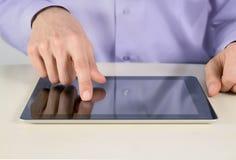 Homem de negócios que toca no PC da tabuleta Imagens de Stock