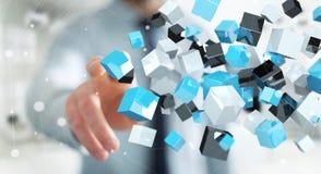 Homem de negócios que toca no renderi brilhante azul de flutuação da rede 3D do cubo Foto de Stock