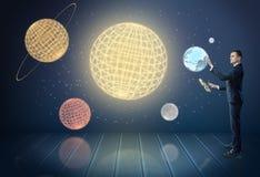 Homem de negócios que toca nos planetas 3d do sistema solar, cercados por estrelas Fotografia de Stock Royalty Free