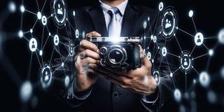 Homem de negócios que toma a foto com câmera do vintage Meios mistos Fotos de Stock