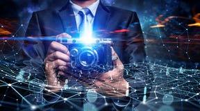 Homem de negócios que toma a foto com câmera do vintage Meios mistos Foto de Stock