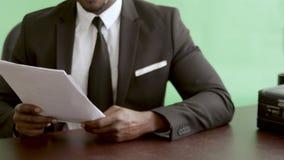 Homem de negócios que toma a hipoteca no banco para o close up do contrato da terra arrendada de propriedade da propriedade vídeos de arquivo