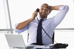 Homem de negócios que toma o atendimento de telefone Fotos de Stock