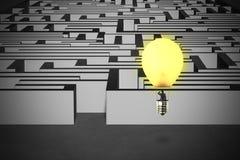 Homem de negócios que toma o balão da lâmpada que voa sobre a estrutura do labirinto Imagem de Stock