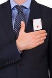 Homem de negócios que toma o juramento com o cartão do ás no bolso. Imagem de Stock