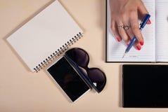 Homem de negócios que trabalha atrás de uma mesa com tabuleta Foto de Stock Royalty Free