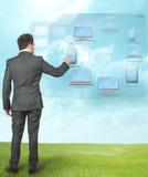 Homem de negócios que trabalha com cálculo da nuvem Fotografia de Stock