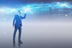 Homem de negócios que trabalha com gráfico em VR imagem de stock