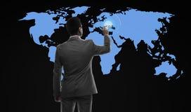 Homem de negócios que trabalha com mapa do mundo virtual Fotografia de Stock